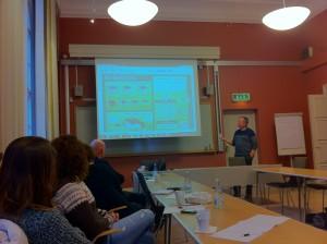 Stefan Johansson på FunkaNu visar en bygglovsillustration