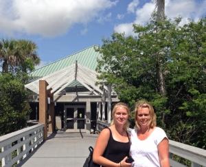 Erica och Katta vis Ernest F Coe's Visitor Center