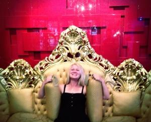 Erica i soffan på hotellet